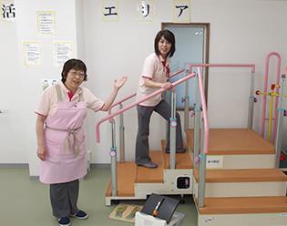 家の階段、駅の階段、バスステップの3種類の高さの階段昇り降りの練習です。